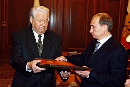 Boris Eltsine transmettant la Constitution à Vladimir Poutine, le 31 décembre 1999, dans le bureau présidentiel du Kremlin.