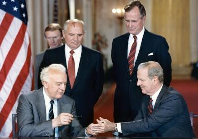 Ministre des affaires étrangères soviétique Edouard Chevardnadze, Président de l'URSS Mikhaïl Gorbatchev, Président américain George H.W. Bush, et Secrétaitre d'Etat américain James Baker, Juin 1990. Source : White House photo.