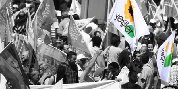 Drapeaux du parti vert turc Yesiller dans une manifestation