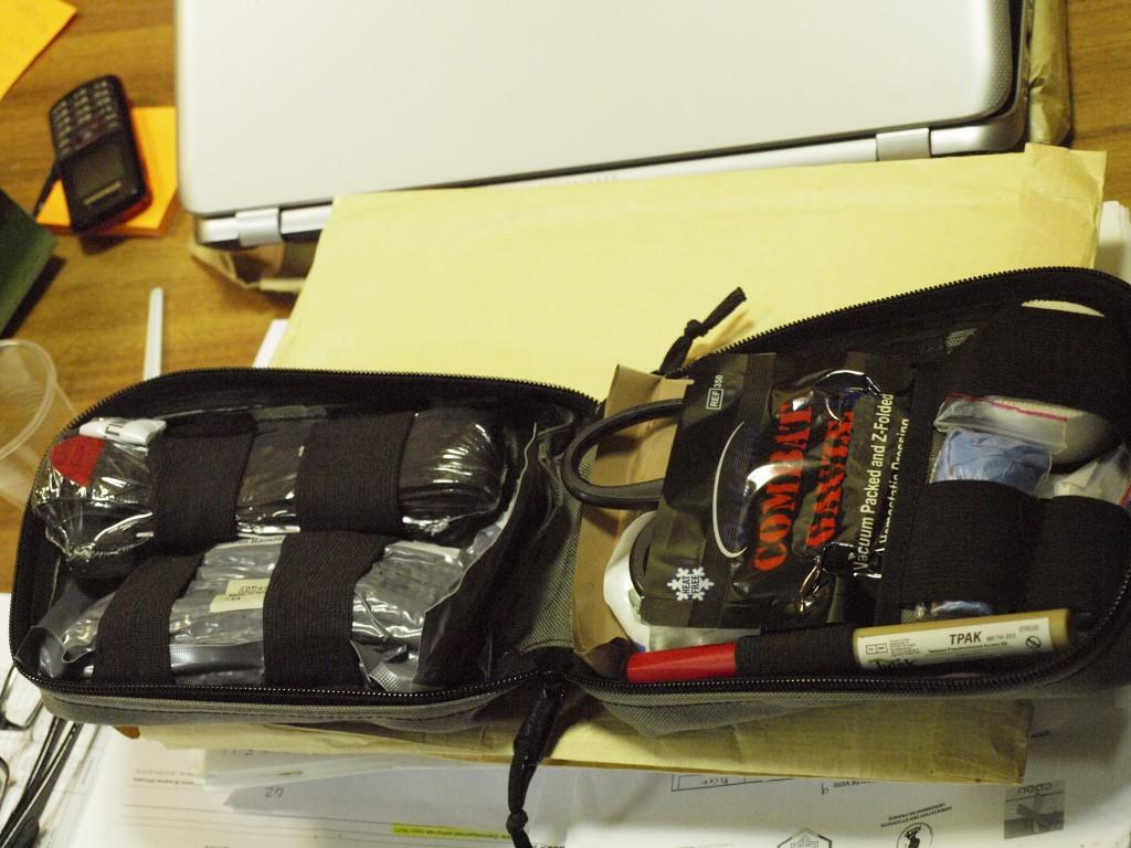 Kit de premiers secours de l'ONG Patriot Defence. Crédits : Anne Rio